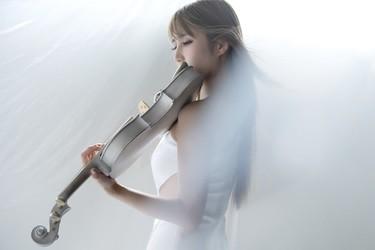 3オクターブを超える歌声と 幻想的なバイオリンで魅了する
