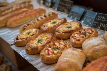 〝料理に合うパン〟が並ぶ 住宅街に佇む山小屋風
