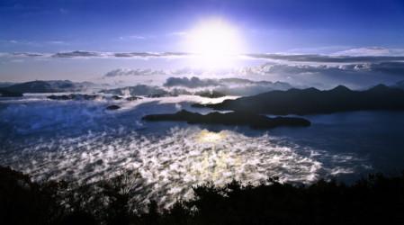 霧のベールが神秘的 瀬戸内海の天空アート